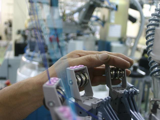 工場では職人たちの熟練された作業が行われています